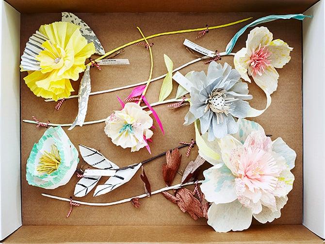 decorar el papel crepe para hacer flores de papel.